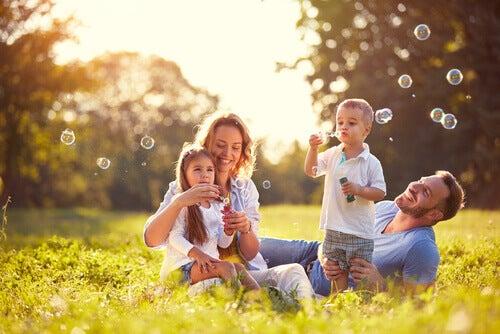 Familia compartiendo en el campo