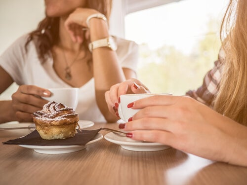 Hermanas tomando café para reforzar sus lazos familiares