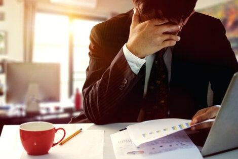 Hombre aburrido por error en el trabajo