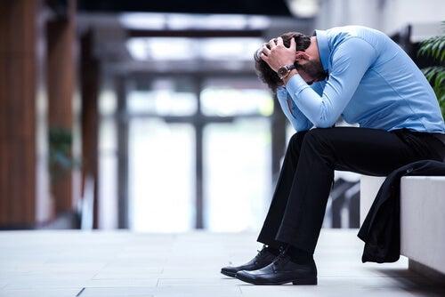 Hombre sufriendo un fracaso laboral