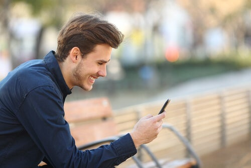 Hombre hablando con sus amigos a distancia