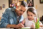 Padre enseñando a su hija a ser independiente