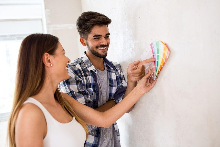 Hombre y mujer felices escogiendo colores