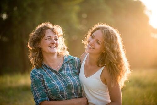 Madre con su hija adolescente en el campo