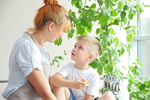 Madre educando a su hijo menor para ser independiente