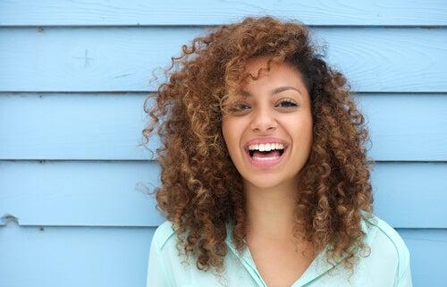 Mujer de buen humor sonriendo