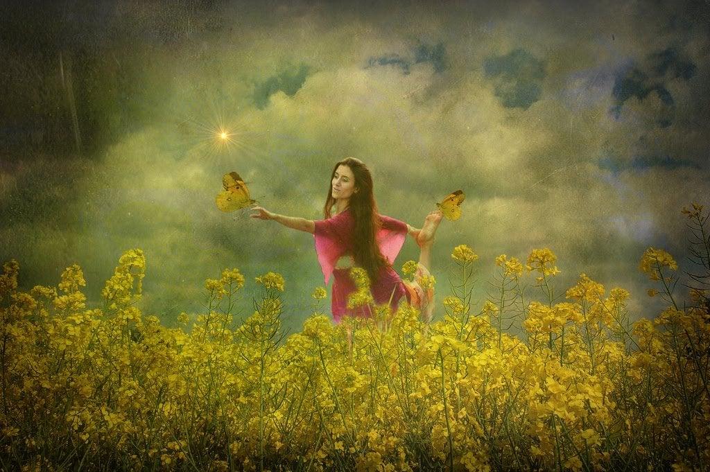 Mujer con mariposas en un campo de flores