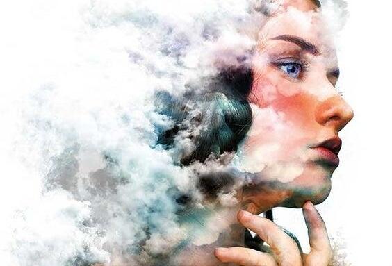 mujer con nubes representando la memoria del hipocampo