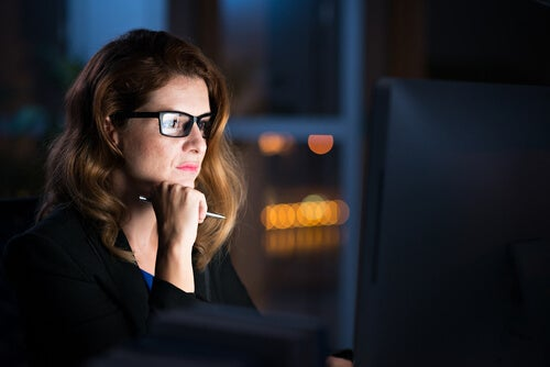 Mujer cambiando su perspectiva mientras mira el ordenador