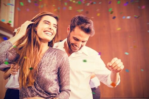 Mujer contagiando emociones mientras baila con su pareja