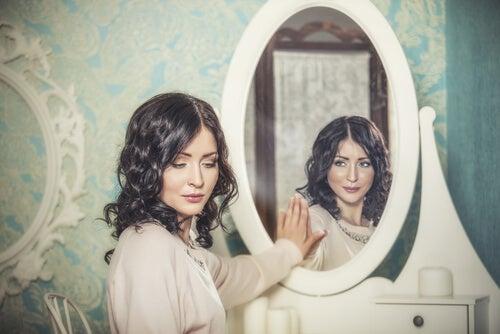 Mujer en el espejo mostrando las dos caras del conformismo