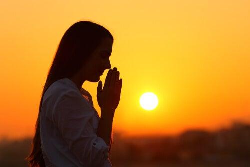 Mujer meditando para desconectar la mente
