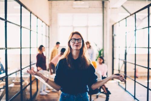 Mujer haciendo mindfulness en el trabajo