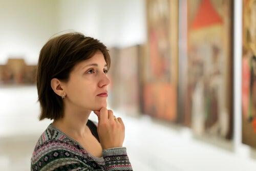 Mujer admirando un cuadro
