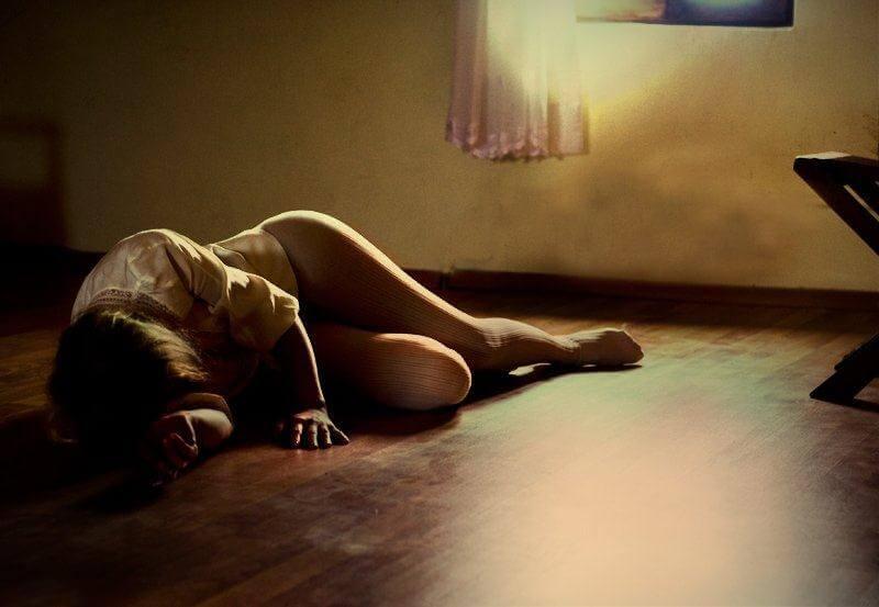 Mujer tirada en el suelo