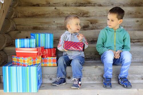 Niño con regalos de navidad