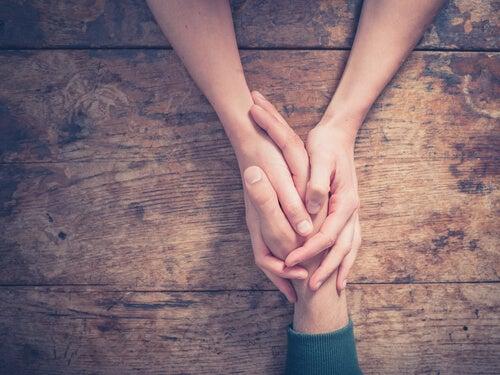 Personas tomadas de la mano perdonándose
