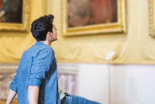 Hombre admirando un cuadro