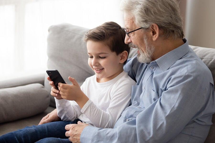 Nieto enseñando a su abuelo a usar el móvil