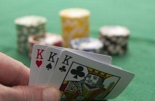 Los beneficios de jugar al póquer