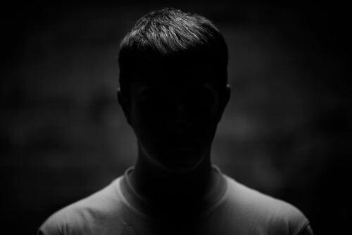 Hombre bajo la sombra