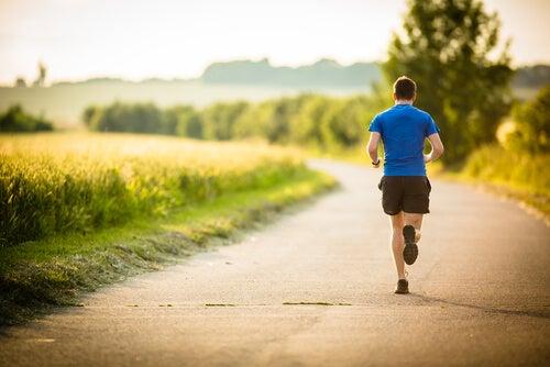 Hombre corriendo para entrenar su fuerza de voluntad