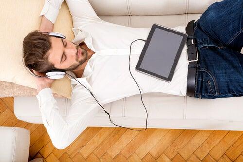Hombre escuchando música acostado