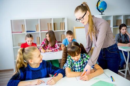 Niños en proceso de aprendizaje con su maestra