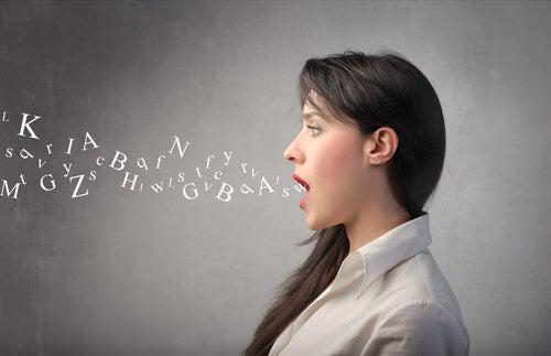 Mujer emitiendo palabras