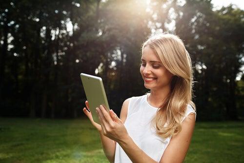 Mujer de labios rojos con una tablet