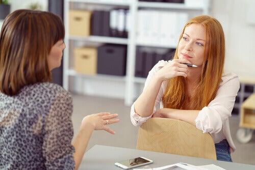 Mujer dialogando para resolver sus conflictos
