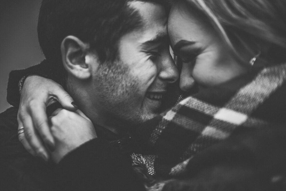 Pareja ilusionada y enamorada
