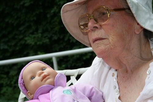 Abuela jugando con la muñeca de su nieta