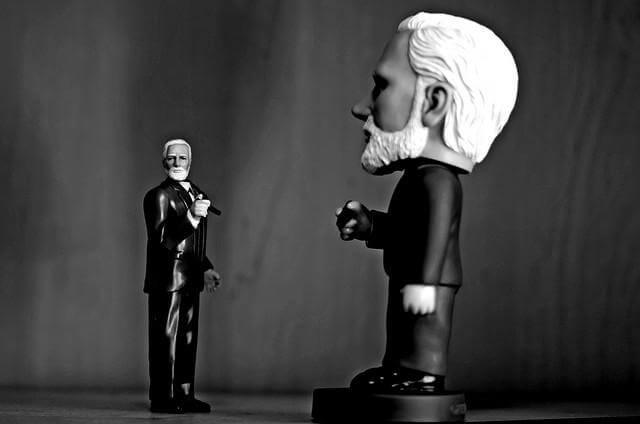 Estatuas de Freud fumando una enfrente de la otra