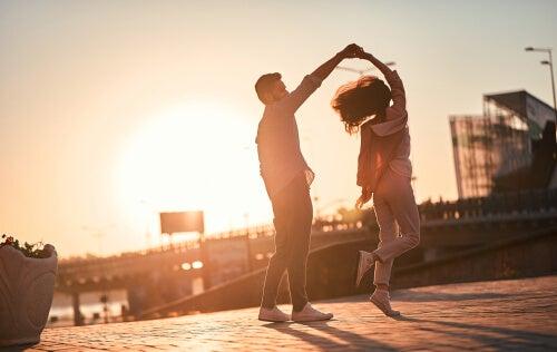 Enamorados bailando al atardecer