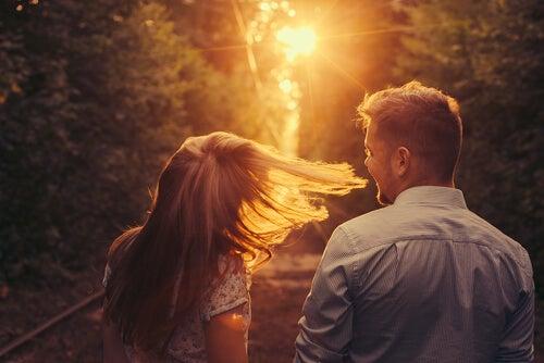 Enamorados caminando al atardecer