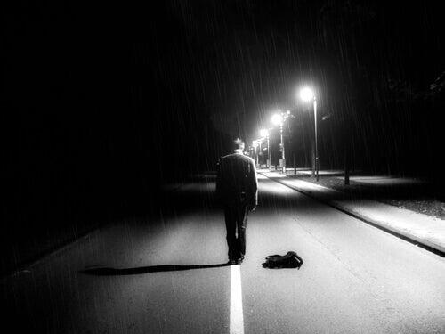 Hombre que se siente vacío caminando solo