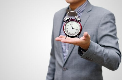 Hombre con un reloj simbolizando vivir el presente