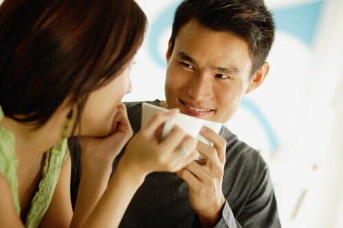 Hombre mirando interesado a una mujer
