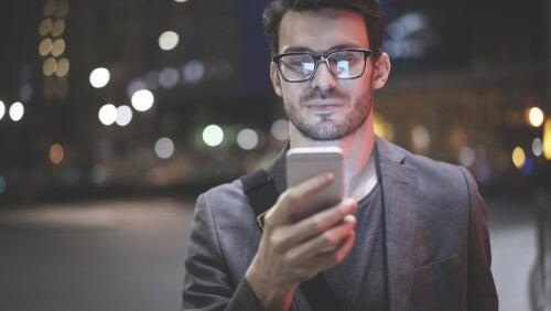 Hombre mirando su móvil