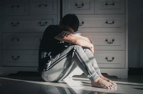 Mujer llorando por el fallecimiento familiar