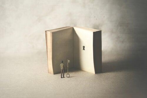 Libro con cerradura representando que somos héroes de nuestras propias historias