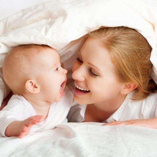 Madre jugando con su hijomostrando instinto maternal