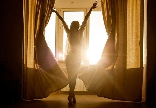 Mujer que sabe cultivar la ilusión levantándose con alegría