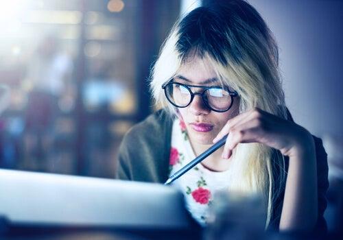 Mujer con personalidad creativa estudiando