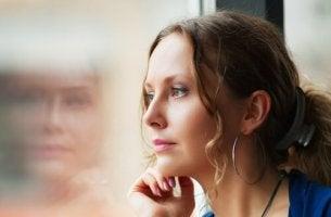 mujer pensando en sus recuerdos