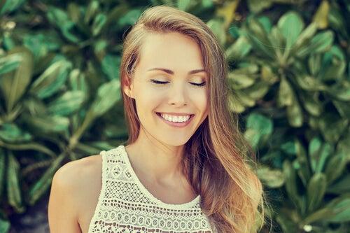 Mujer con pensamientos positivos