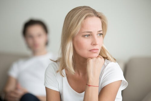 Mujer con preocupaciones de pareja