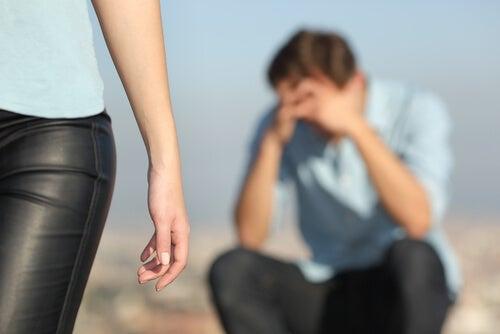 Mujer dejando a su pareja para tener alivio emocional