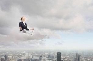 Mujer sobre una nube